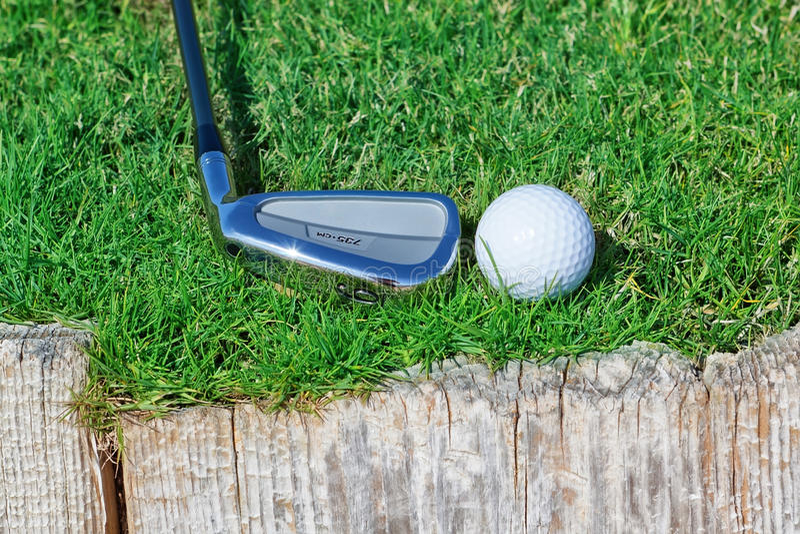De golfbal en de stok keerden houten steun om. stock afbeeldingen
