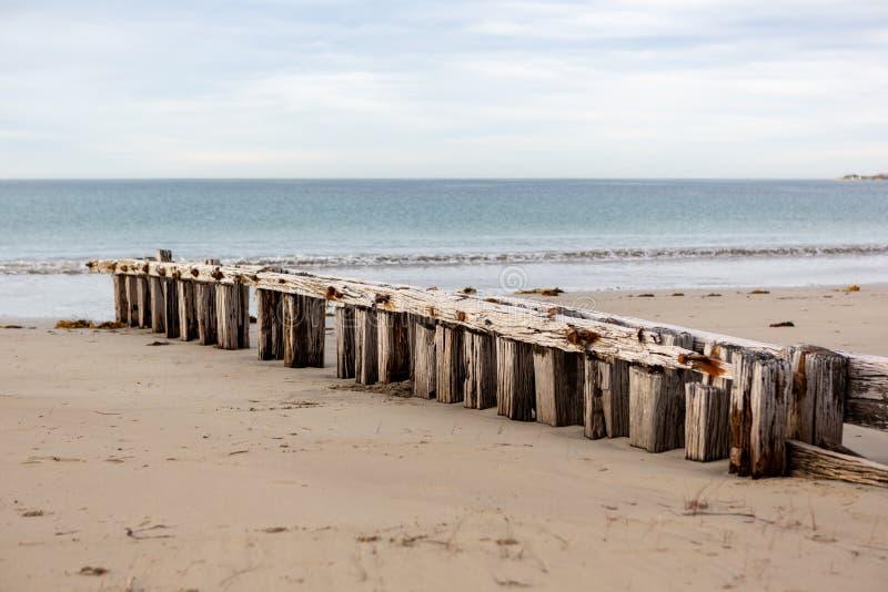 De golfbreker van de zanderosie in Victor Harbour op van het Zuid- fleurieuschiereiland Australi? op 3 april 2019 wordt gevestigd stock foto's