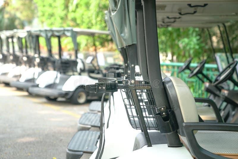 De golfkarren parkeerden openlucht stock foto's