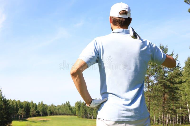 De golfspeler raakt fairway naar het clubhuis dat wordt geschoten royalty-vrije stock afbeeldingen