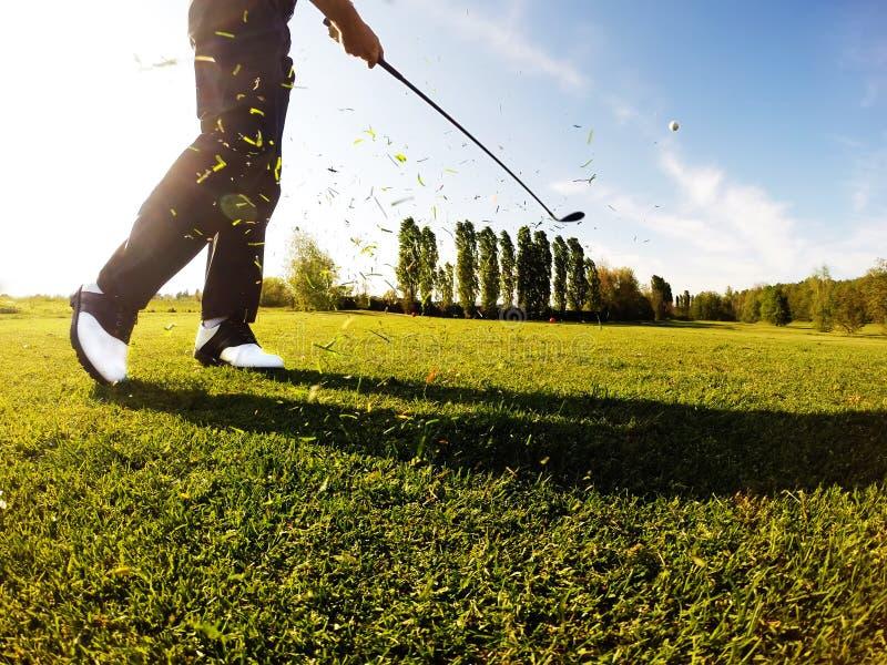 De golfspeler voert een golf uit van fairway wordt geschoten die. royalty-vrije stock afbeeldingen