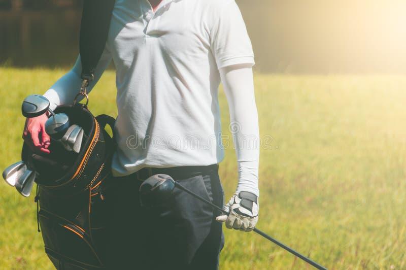 De golfspelers dragen zakken die vele golfclubs bevatten royalty-vrije stock foto
