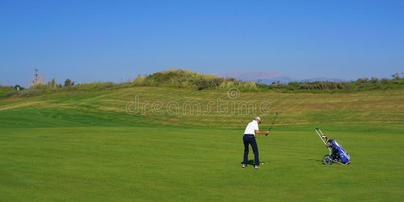 De golfspelers genieten Likya-van de cursus van het Verbindingengolf bij zonnige dag in Antalya stock afbeelding