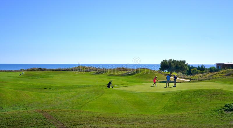 De golfspelers genieten Likya-van de cursus van het Verbindingengolf bij zonnige dag in Antalya royalty-vrije stock afbeeldingen
