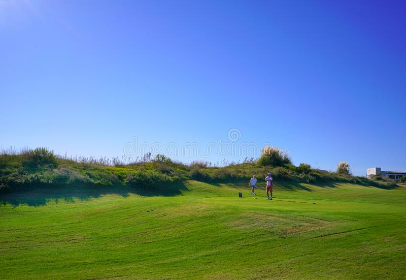 De golfspelers genieten Likya-van de cursus van het Verbindingengolf bij zonnige dag in Antalya stock fotografie