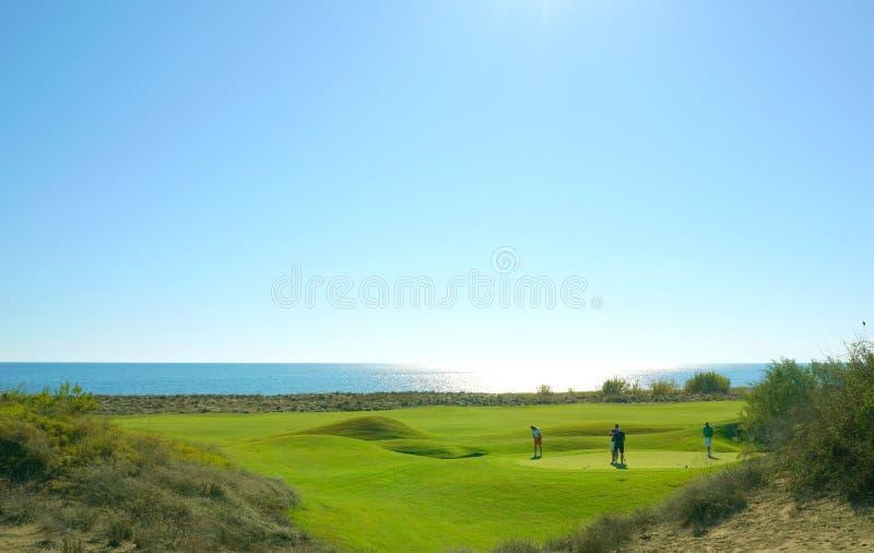 De golfspelers genieten Likya-van de cursus van het Verbindingengolf bij zonnige dag in Antalya royalty-vrije stock fotografie