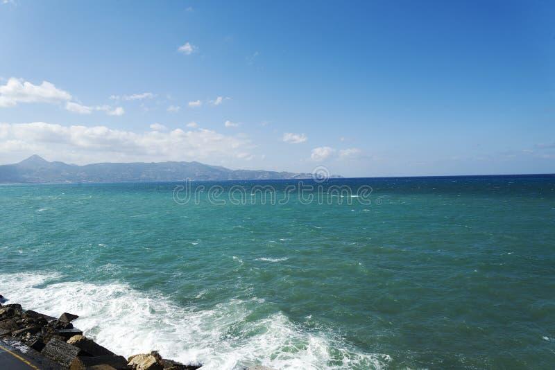 De golven die op een steenachtig strand breken, die een nevel vormen Golf en plonsen op strand Golven die op Rotsen verpletteren stock fotografie