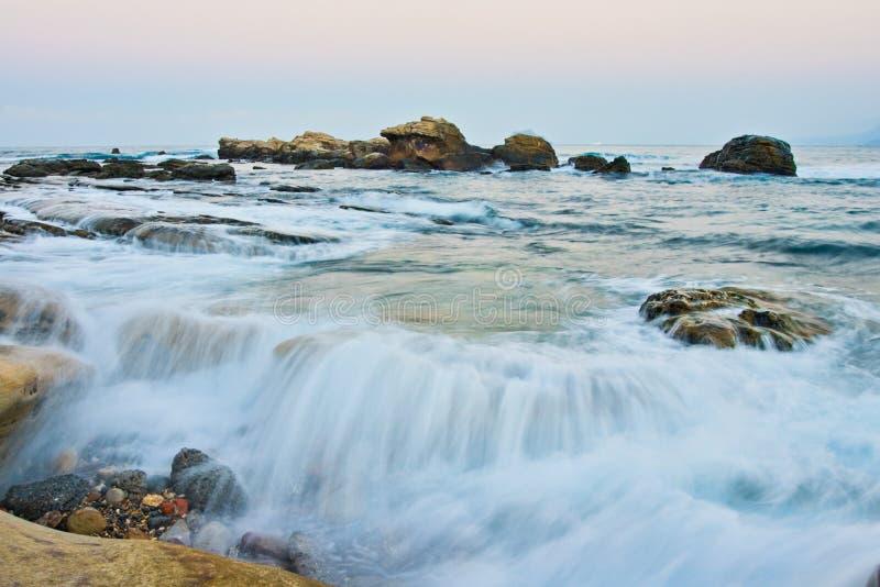 De golven komen binnen royalty-vrije stock foto