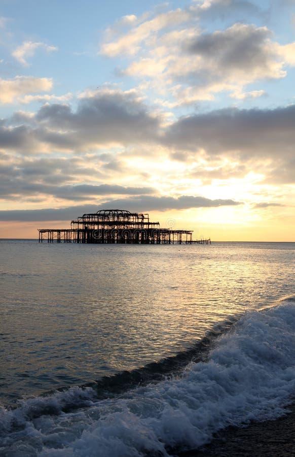 De golven van de de pijlerzonsondergang van Brighton royalty-vrije stock fotografie