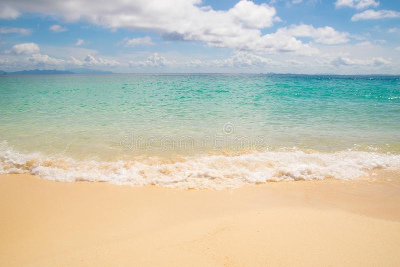De golven van vooraanzichtemerald sea en zandstrand stock afbeeldingen