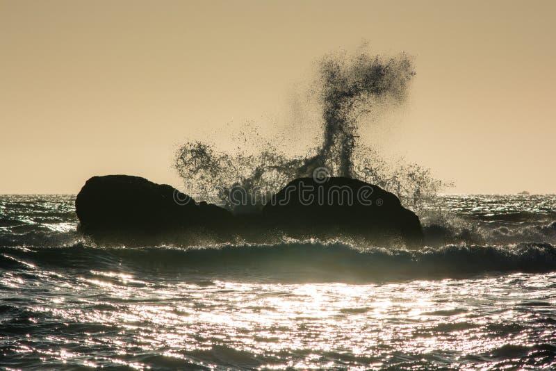 De golven verpletteren tegen de rotsen bij zonsondergang bij Rialto-Strand, Washington, de V.S. stock fotografie