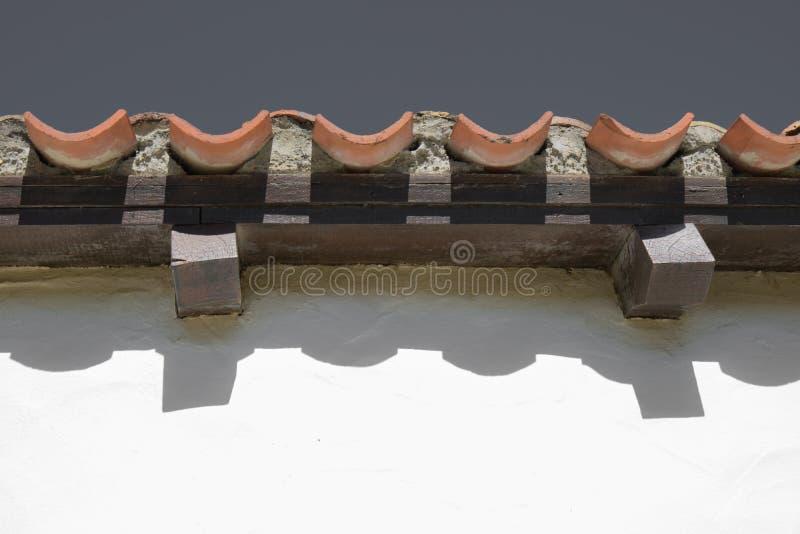 De golvende lijnen van dak betegelt dicht omhoog in selectieve kleur royalty-vrije stock foto