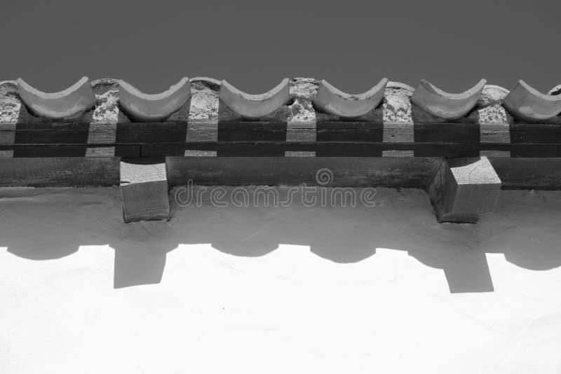 De golvende lijnen van dak betegelt dicht omhoog in zwart-wit, stock foto