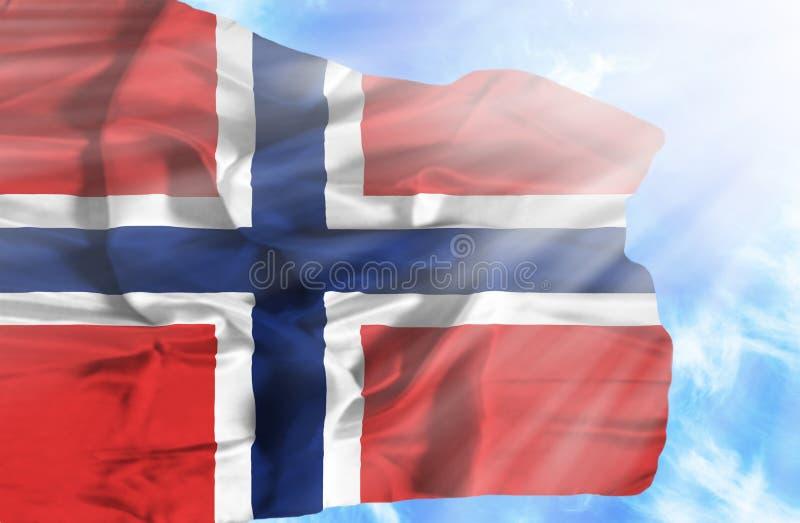 De golvende vlag van Noorwegen tegen blauwe hemel met zonnestralen vector illustratie