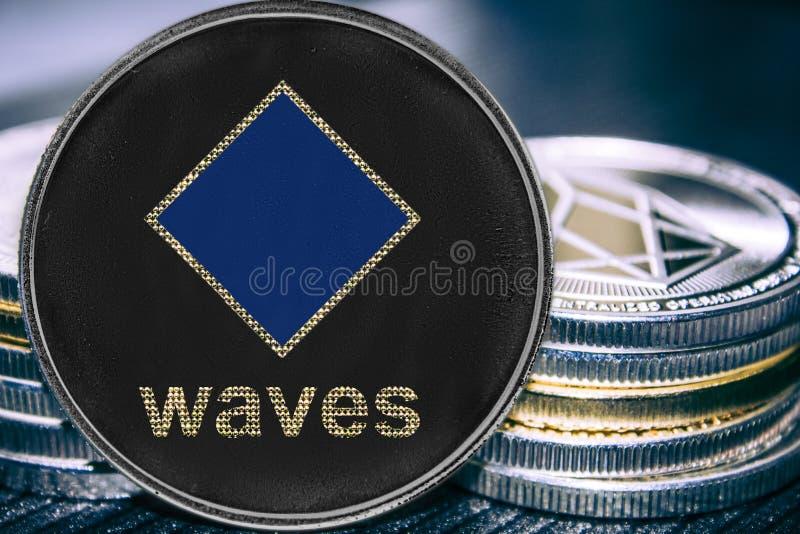 De golvenplatform van muntstukcryptocurrency op de achtergrond van een stapel muntstukken royalty-vrije stock fotografie