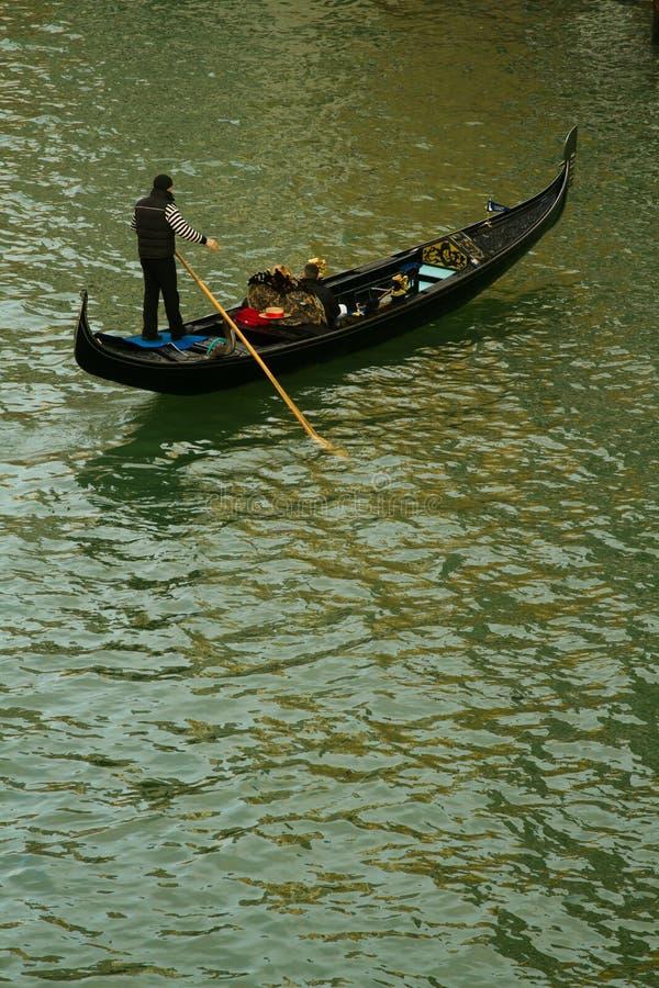 De gondelier van Venetië op kanaal stock fotografie