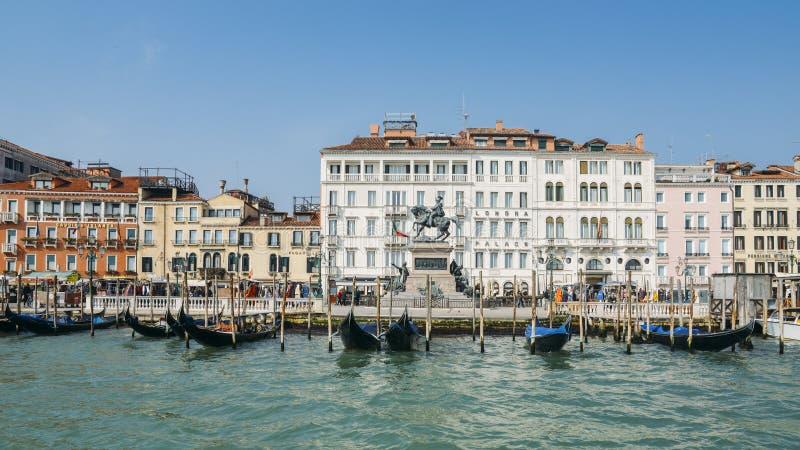 De gondels op de pijler en de voetgangers langs Riva-degli Schiavoni wandelen langs in Venetië, Italië royalty-vrije stock foto's