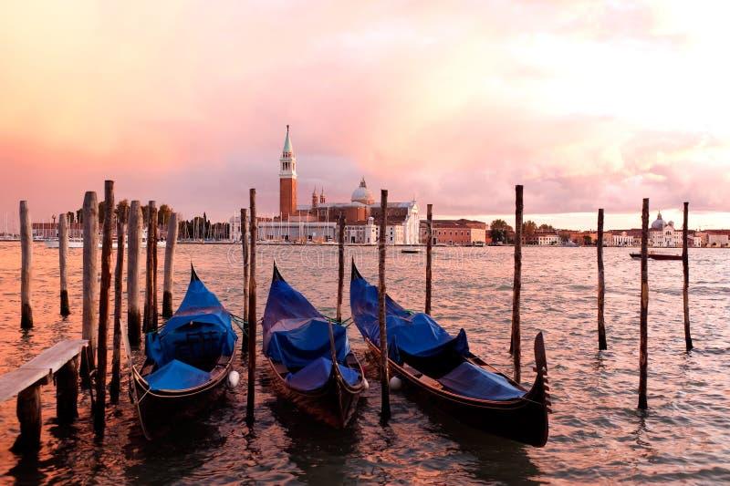 De Gondels van de zonsondergang, Venetië, Italië stock afbeeldingen