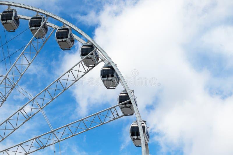 De gondels van ferris rijden, dinerwiel, op een blauwe hemel royalty-vrije stock foto