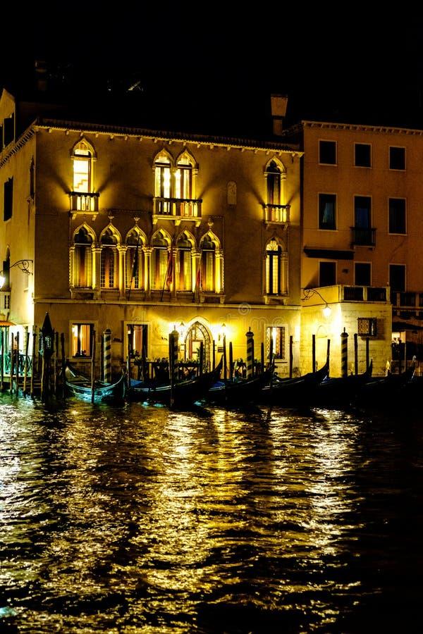 De gondels van Venetië bij nacht royalty-vrije stock afbeelding