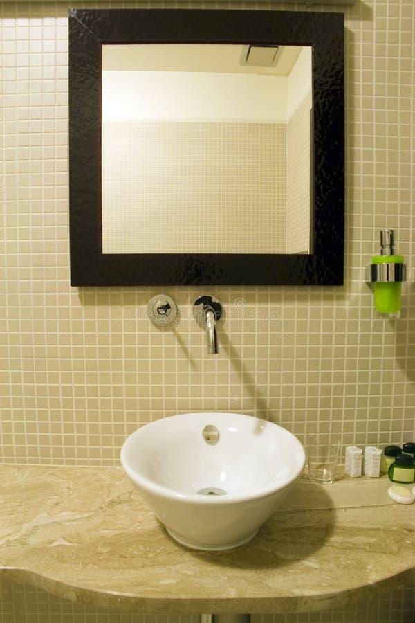 De gootsteen en de spiegel van de badkamers royalty-vrije stock fotografie