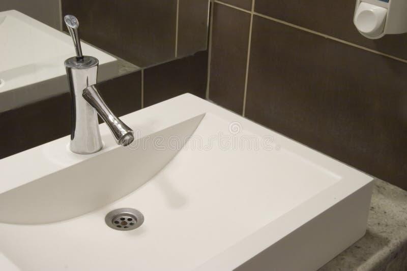 De gootsteen van de badkamers stock afbeelding