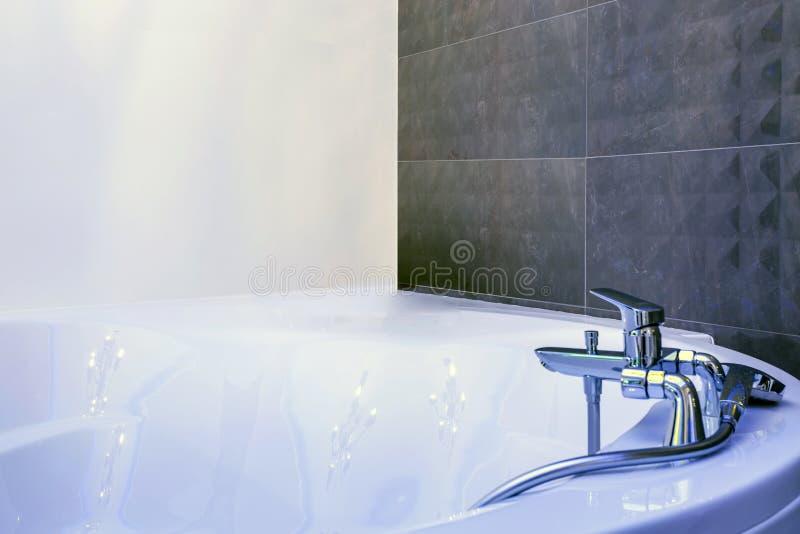 De gootsteen van de waterkraan met tapkraandetail van Jacuzzi met muur zet douchegehechtheid op royalty-vrije stock fotografie