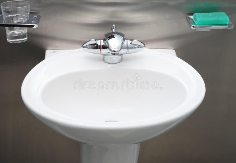 De gootsteenroestvrij staal van de badkamers stock afbeelding