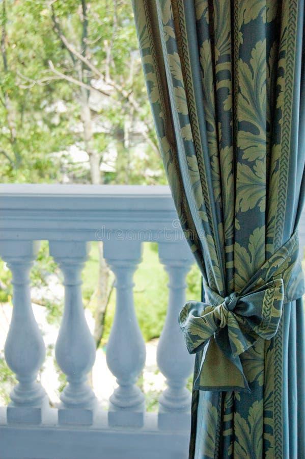 De gordijnen van de luxe over venster stock fotografie