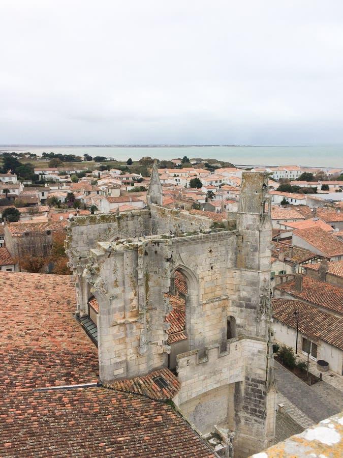 De gotische mening van de ru?nekerk van dak van dorp Heilige Martin de Re in Charente Frankrijk royalty-vrije stock afbeeldingen