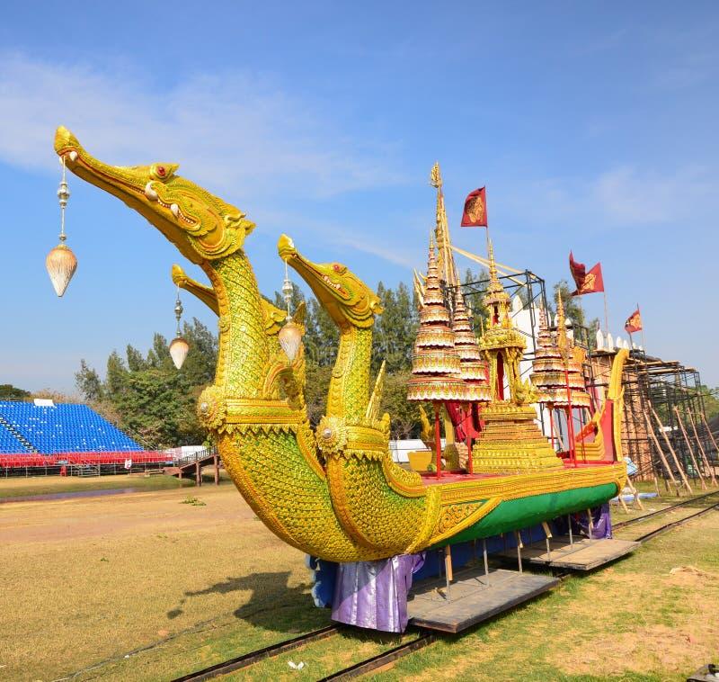 De gouden aakzwaan en dolly op gazon royalty-vrije stock afbeeldingen