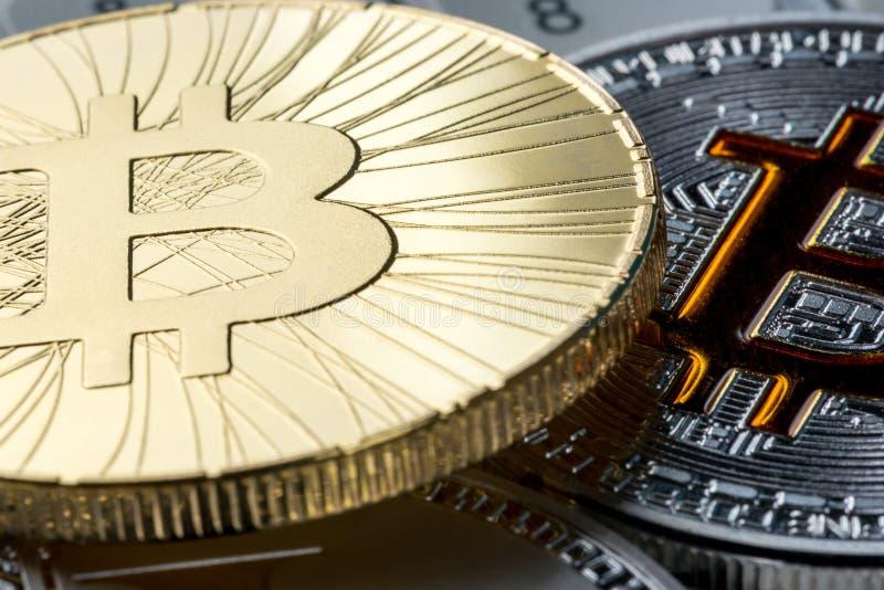 De gouden achtergrond van de bitcoin macromening de populairste wereld crypto-munt Conceptueel beeld voor crypto muntmarkt stock foto