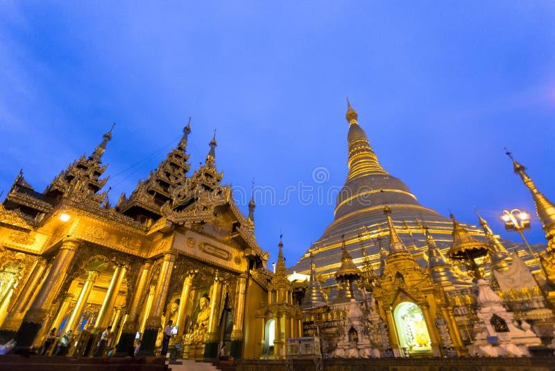 De gouden architectuur van de stupa traditionele tempel bij shwedagonpagode Yangon Myanmar Zuidoost-Azië stock foto's