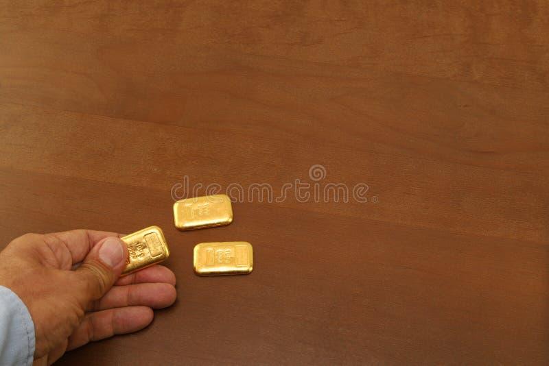 De gouden bar ter beschikking, op de lijst is twee goudstaven royalty-vrije stock foto