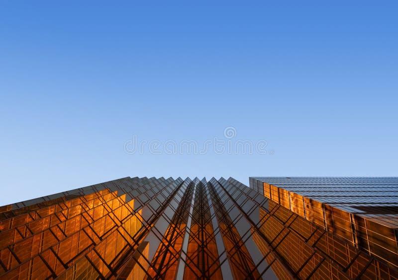 De gouden bouw met blauwe hemel Venstersglas van modern bureau sk royalty-vrije stock afbeeldingen