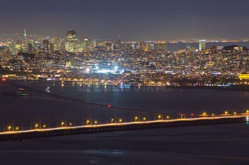 De gouden Brug en San Francisco van de Poort bij nacht stock foto
