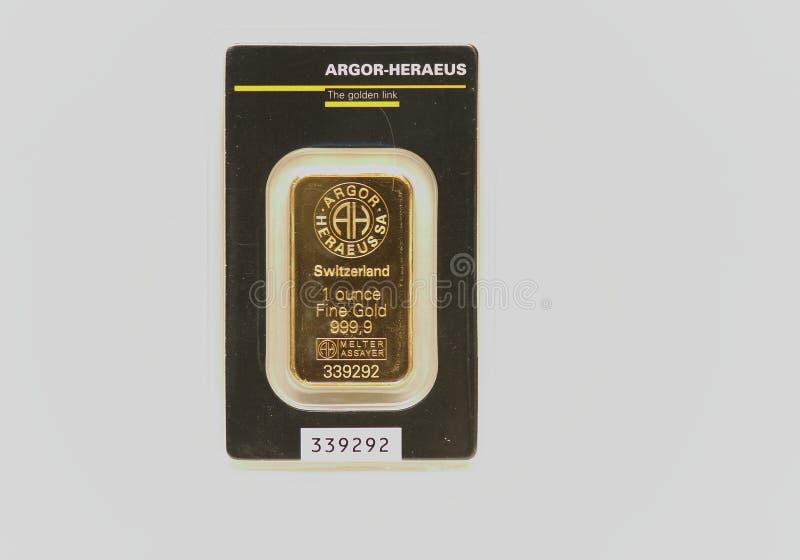 de gouden die bar van 1 oz in plastiek wordt ingepakt royalty-vrije stock afbeeldingen