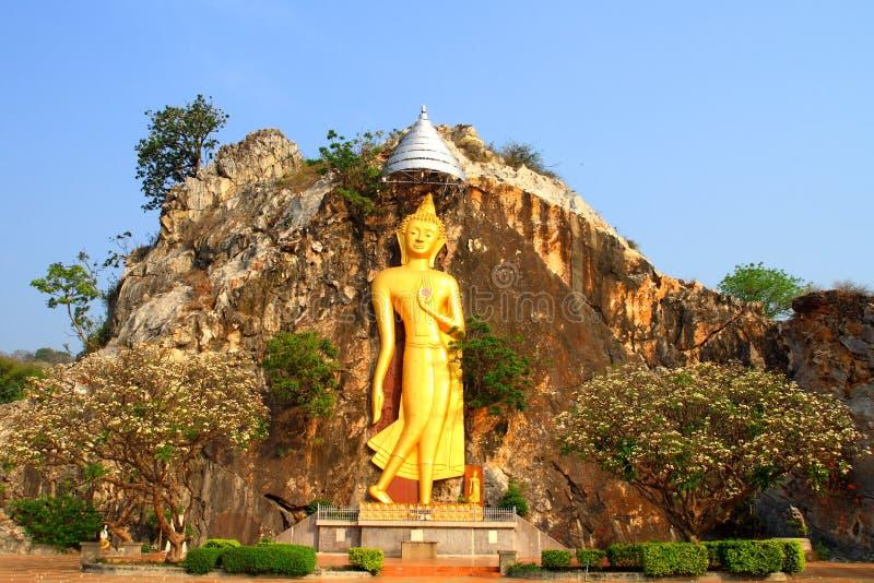 De gouden die standbeelden van Boedha in de klippen worden gesneden stock afbeelding