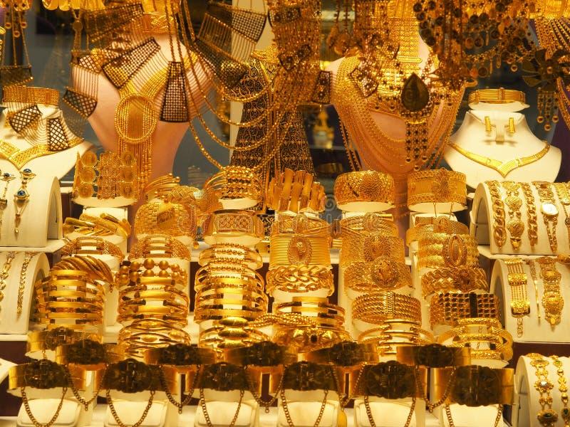 De gouden halsbanden, de armbanden en diverse juwelen verkochten in een juwelenopslag in Turkije stock foto