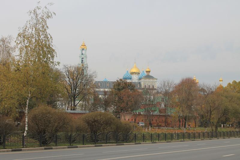 De gouden herfst in de grijze bewolkte dag van sergiev-Posad Rusland royalty-vrije stock fotografie