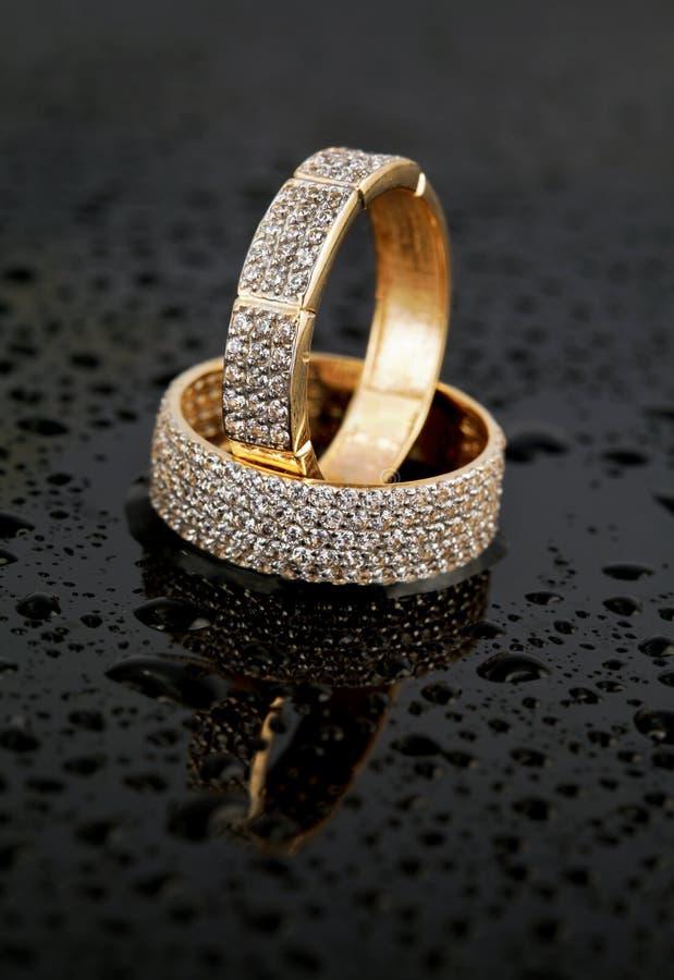 Gouden juwelen twee ringen stock afbeelding