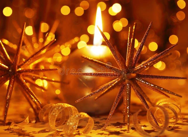De gouden kaars van Kerstmis royalty-vrije stock afbeeldingen