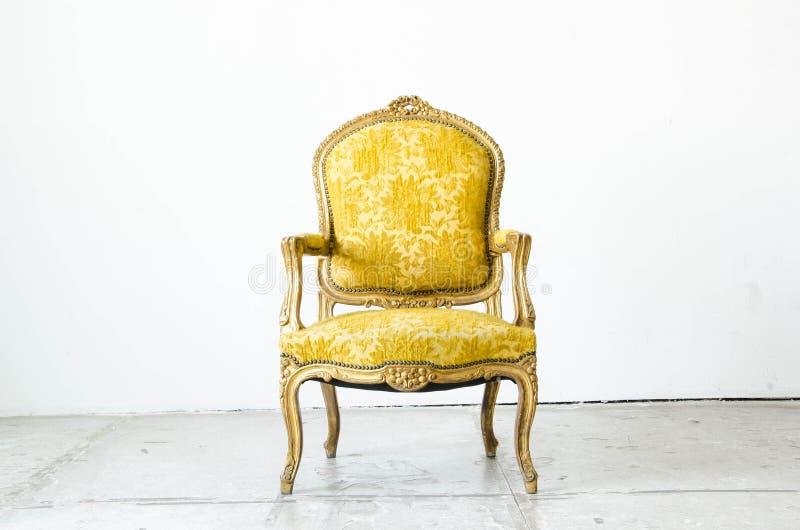De gouden klassieke laag van de stijlbank in uitstekende ruimte stock afbeelding