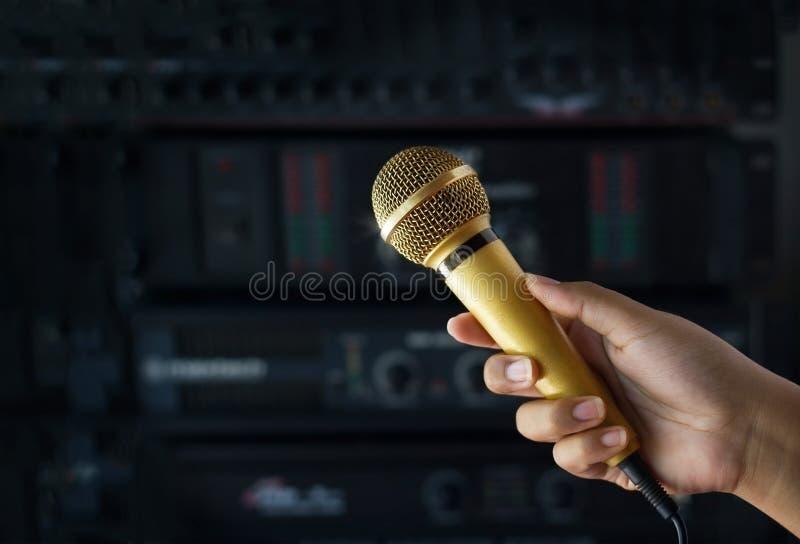 De gouden kleurenmicrofoon in vrouw dient coulisse van overleg in royalty-vrije stock foto's