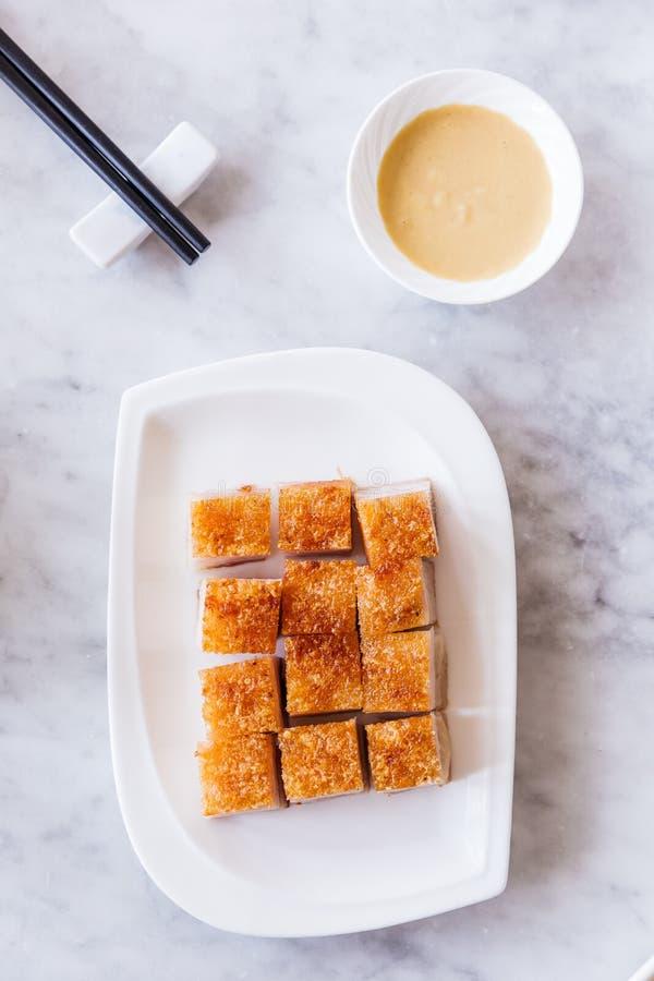 De gouden Knapperige die besnoeiing van de Varkensvleesbuik in kubus met mosterd en eetstokjes wordt gediend stock fotografie