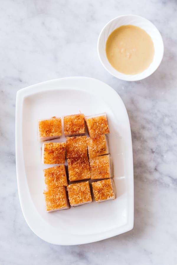 De gouden Knapperige die besnoeiing van de Varkensvleesbuik in kubus met mosterd wordt gediend stock foto's