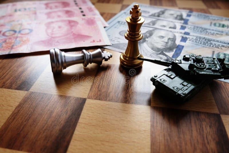 De gouden koning en legertank neemt onderaan het zilver met onduidelijk beeld Chinese yuans en Amerikaanse dollarbankbiljet als a stock foto