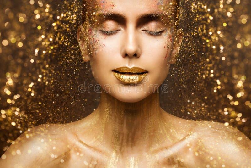 De gouden de Maniermake-up, Art Beauty Face en Lippen maken omhoog in Gouden Fonkelingen, Vrouwendromen royalty-vrije stock fotografie