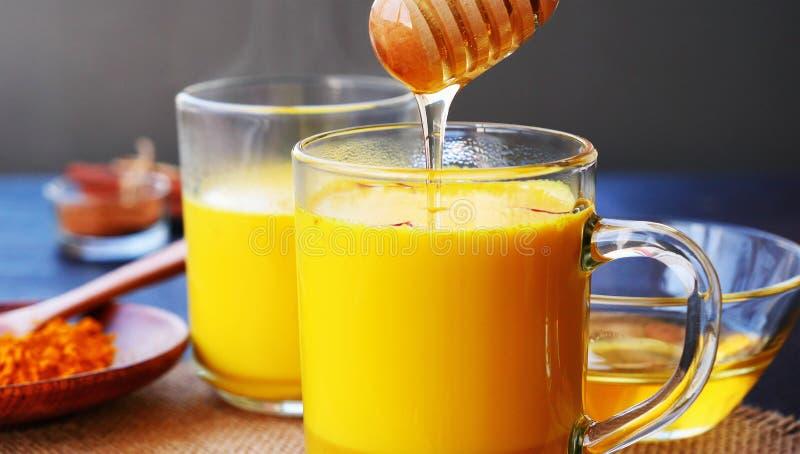 De gouden melk van de saffraankurkuma met honing royalty-vrije stock fotografie
