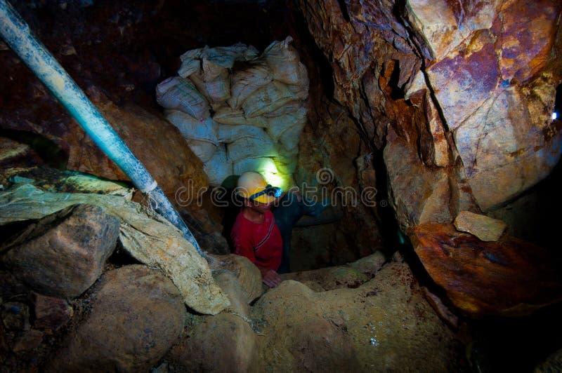 De Gouden Mijnwerker die van de zak van strakke schacht weggaat stock afbeeldingen